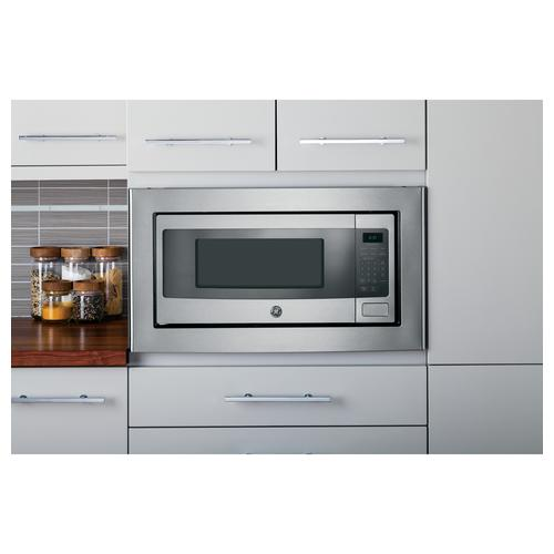 Beautiful placement of GE stainless steel microwave oven